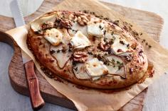 Crispy flatbread with goat's cheese and pears