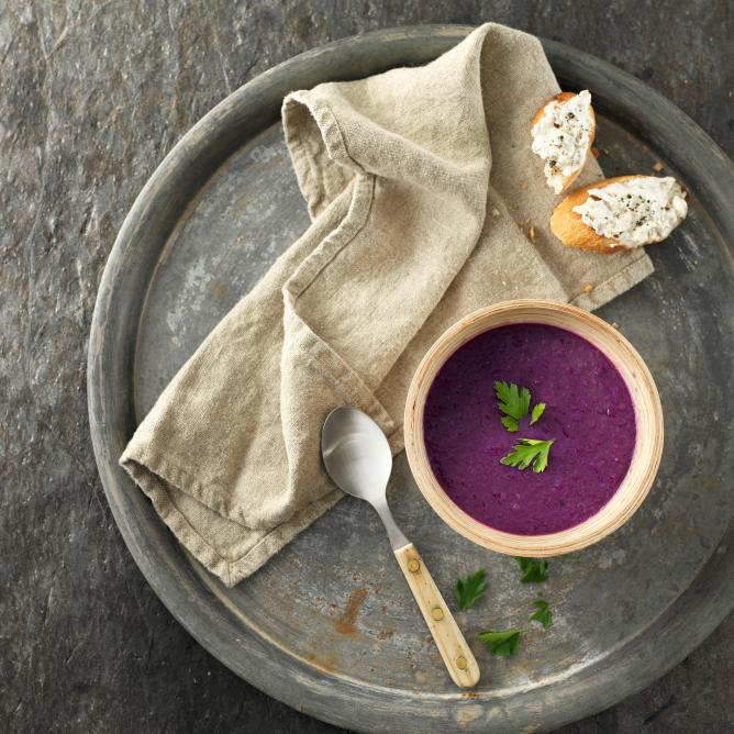 Red cabbage soup with cream cheese baguettes