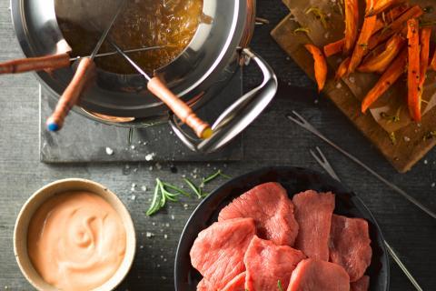 Fondue à la viande avec bouillon aux épices et patates douces