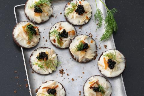 Pumpernickel with cream cheese and caviar