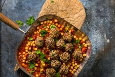 Meatballs with sesame seeds and chickpeas
