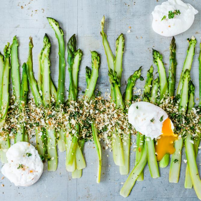 Asparagus with poached egg and panko breadcrumbs