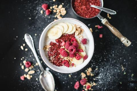 Cremiges Erdnuss-Vanille-Porridge mit Himbeer-Chia-Jam