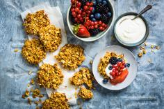 Breakfast cookies with berry yoghurt