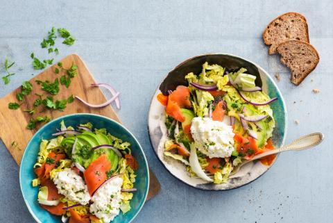 Salade d'avocat, de cottage cheese et de saumon fumé