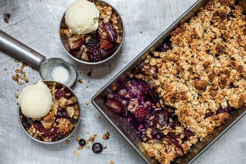 Frucht-Crumble mit Buttermilch-Glace