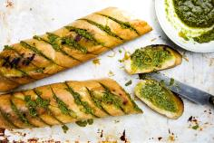Pain grillé, pesto à l'orange et au persil