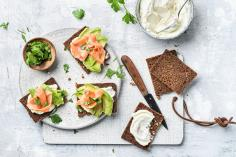 Smoked salmon and pumpernickel canapés with avocado
