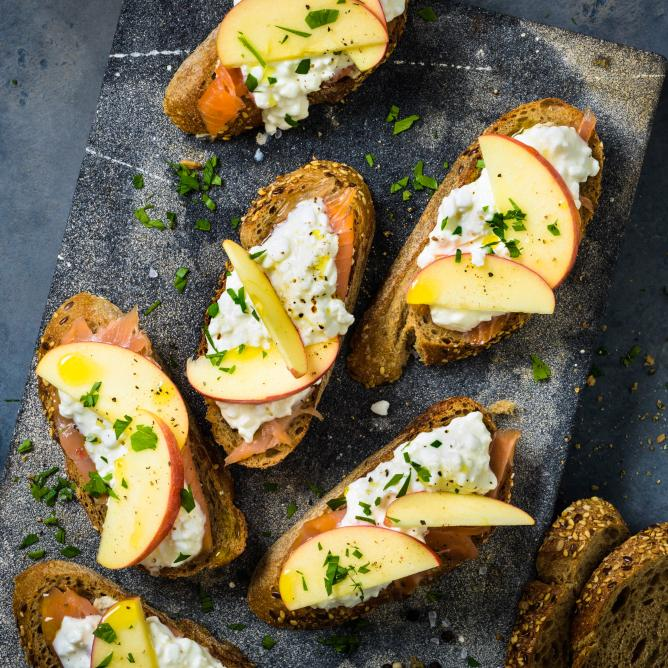 Crostinis au saumon fumé, cottage cheese et à la pomme