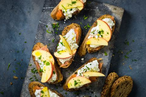 Smoked salmon crostini with cottage cheese and apple