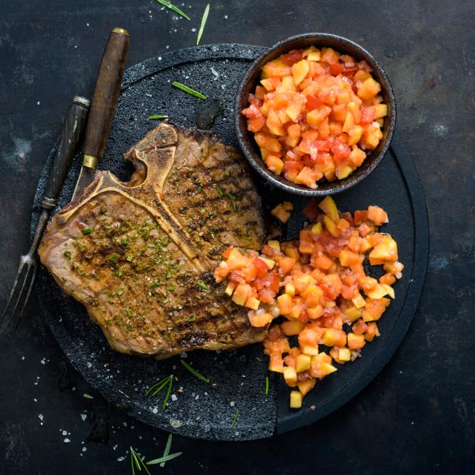 T-Bone Steak mit Papaya-Salsa