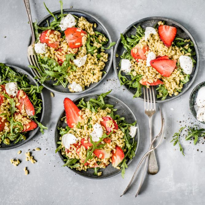 Durum wheat salad with strawberries