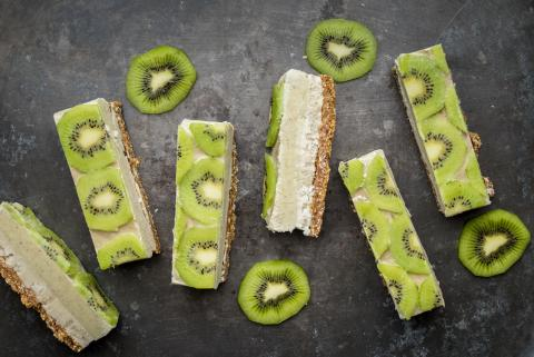 Raw vegan slices with kiwi and lemon