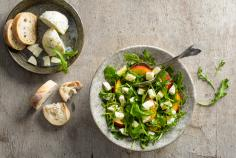 Salad with mozzarella, nectarines and rocket