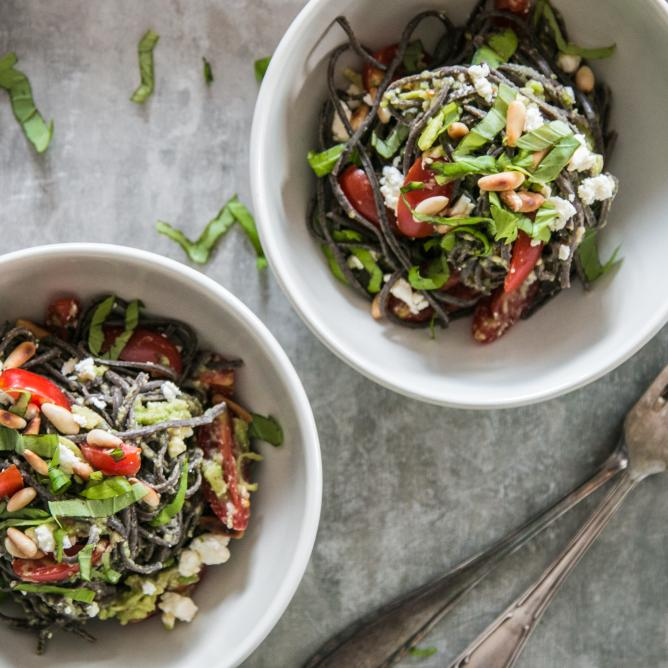 Black Bean Spaghetti mit Avocado-Pesto