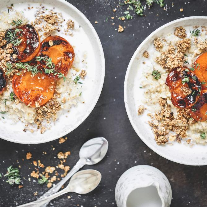 Cashew porridge with caramelized apricots