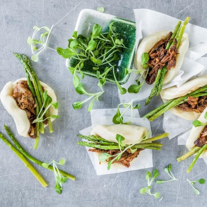 Bao buns with pulled pork and asparagus