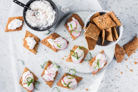 Wholegrain crackers with radish