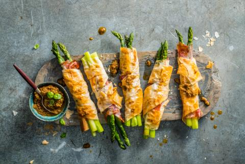 Asparagus rolls with pesto