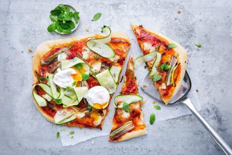 Pizza mit Zucchetti und pochiertem Ei