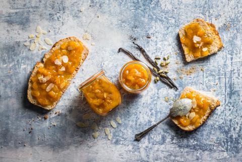 Aprikosen-Konfitüre mit Mandeln und Vanille