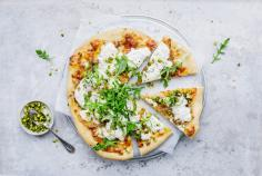 Pizza bianca with shallots