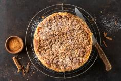 Apple crumble cake with cinnamon