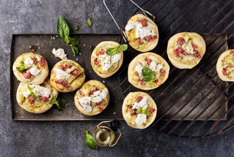 Grilled mini pizzas