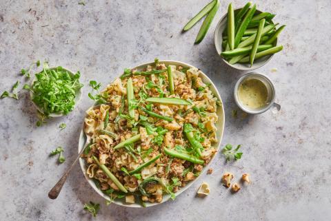 Pastasalat mit Gurken und Poulet