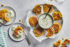Frittelle di verdura colorate con salsa dip di cetrioli e yogurt