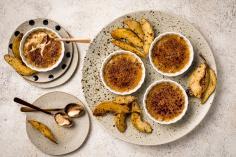 Chai-Crème brûlée mit Birnen