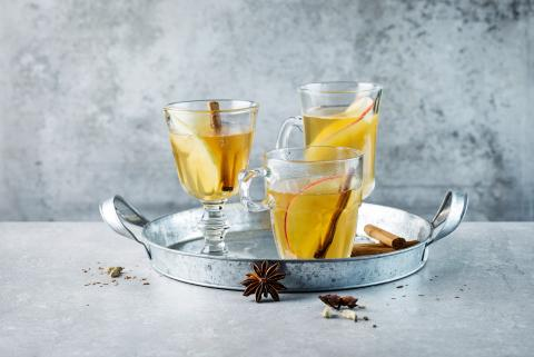 White mulled wine with apples