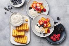 Grilled lemon cake with berries