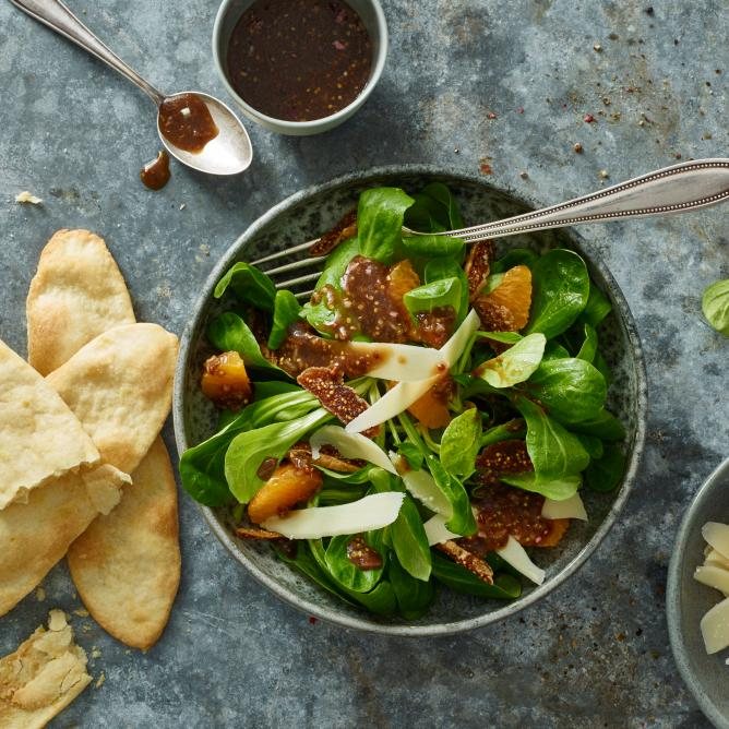 Exotic lamb's lettuce salad with crackers