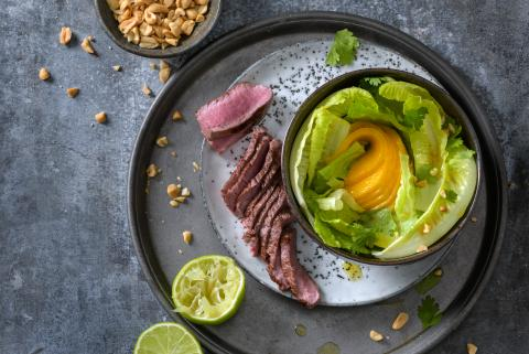 Salad with lamb and mango slices