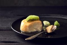 Caramel semolina puddings with kiwi
