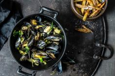 Saffron mussels with baked French fries