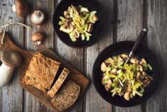 Warm mushroom salad with seeded bread