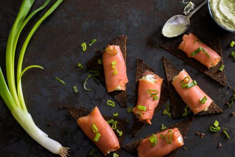 Cannoncini di salmone su pumpernickel