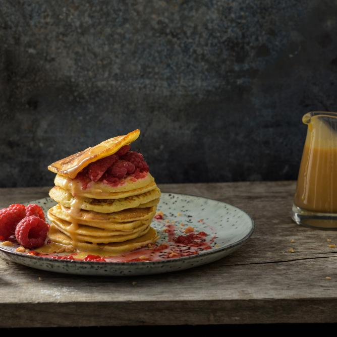 Pancakes with raspberries and caramel & whisky sauce