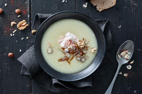 Cauliflower soup with dates and nuts