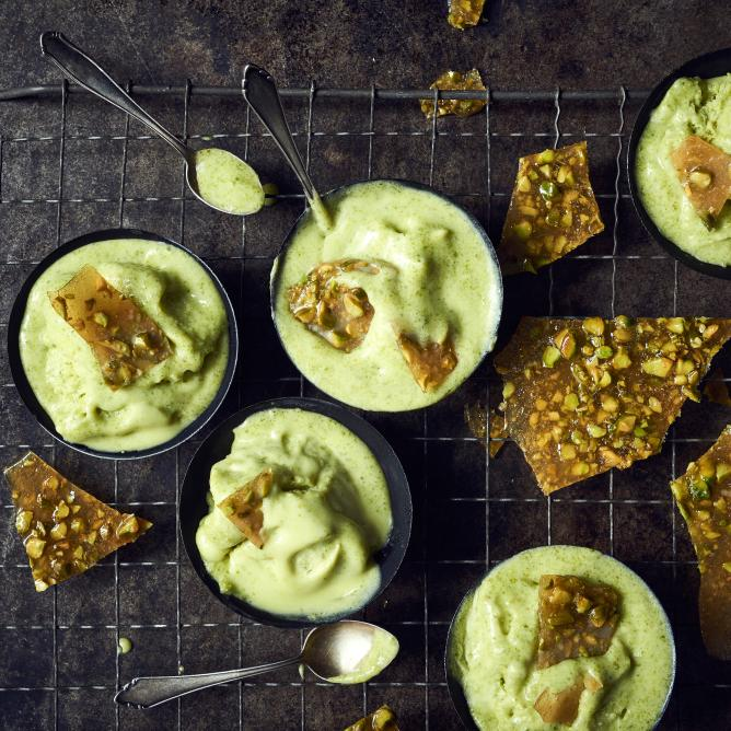 Pistachio ice-cream with brittle